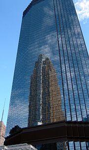 IDS Center à Minneapolis (1973) reflètant l'immeuble de la Wells Fargo