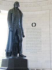 Statue de Jefferson devant le préambule de la Déclaration d'indépendance américaine. Jefferson Memorial, Washington DC