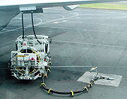 Un appareil d'Air Austral en cours de réapprovisionnement face à l'aérogare.