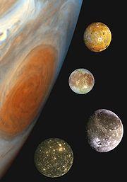 Les quatre lunes galiléennes de Jupiter. De haut en bas: Io, Europe, Ganymède et Callisto.