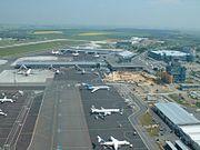 Vue du parking et du terminal de l'aéroport Ruzyn? de Prague