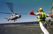 Appontage d'un hélicoptère de lutte anti-sous-marine Lynx sur une frégate portugaise.