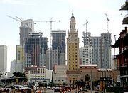 Cette photographie du CBD de Miami, prise le 2 février 2007, montre le grand nombre de constructions de gratte-ciel en cours.
