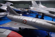 Vue du dos du Mirage III V montrant les entrées d'air pour les réacteurs de sustentation