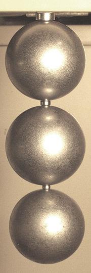 Des aimants NIB, créant un champ de 1,25 tesla (en haut et entre les sphères), supportant 1300 fois leur propre poids.
