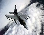 Un F-16A au-dessus des Balkans
