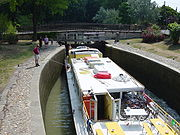 Péniche dans le sas d'une écluse du Canal du Midi