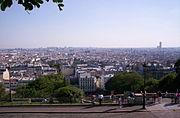 Panorama de Paris depuis la butte Montmartre. À droite, la tour Montparnasse; au pied de la butte, à gauche, le marché Saint-Pierre