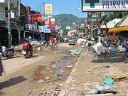 Rue dévastée de Phuket, Thaïlande, suite aux conséquences du tsunami lié au tremblement de terre sous-marin