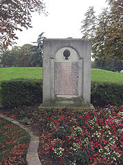 Monument comm�morant le second (officiellement premier) vol humain au bois de Boulogne � Paris.