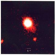 Cette photo, prise en lumière infrarouge, est une image en fausse couleurs d'un «tandem quasar-supernova», avec la plus lumineuse des explosions jamais observées dans ce type de combinaison. Ce couple fut découvert par une équipe de chercheurs venant de six institutions différentes