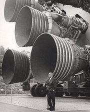 Von Braun devant les moteurs du premier étage de la fusée Saturn V.