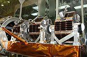 On distingue aussi les satellites par leur masse, ici trois microsatellites de quelques kilos avant leur lancement.