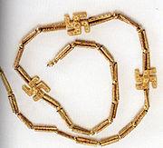 Collier décoré de svastikas; fouilles de Kaluraz, Gilan, Iran, Ier millénaire av. J.-C. Musée national d'Iran