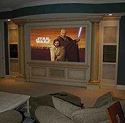 Écran de projection montrant une image de télévision à haute définition.