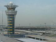 Tour de contrôle de l'aéroport d'Orly. Au second plan, l'aérogare Ouest