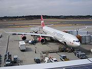 Un avion de ligne en cours de préparation à un vol