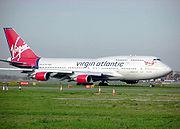 Le Boeing 747-400 Tinker Belle de Virgin Atlantic Airways en roulage avant de décoller de l'aéroport Heathrow de Londres