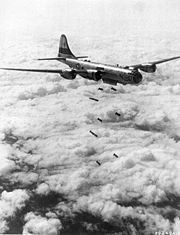 Un bombardier américain B-29 larguant ses bombes pendant la Guerre de Corée
