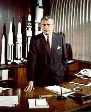 Le Dr. Von Braun, directeur du centre de vol spatial de la NASA, mai 1964