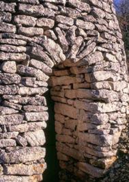 Arc clavé en moellons de l'entrée d'une cabane à Bonnieux (Vaucluse)
