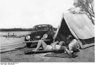 Bundesarchiv Bild 146-1988-019-16, Camping am See mit KdF-Wagen.jpg