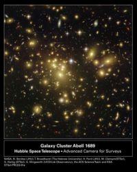Certains des arcs lumineux les plus faibles de cette image sont en fait des galaxies situé à un peu plus de 13 milliards d'années-lumière, déformées par l'effet de lentille gravitationnelle.