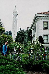 Campanile du campus: la Sather Tower dont l'architecture s'inspire du campanile de la place Saint-Marc à Venise