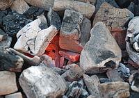 Charbon de bois en cours de combustion, dit incandescent.