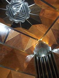 L'ascenceur du Chrysler Building, représentatif du style intérieur du bâtiment: bois précieux, acier et marbre