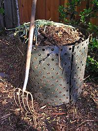 Compostage de déchets de jardin en récipient aéré.