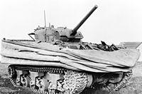 1944 Sherman DD tank amphibie. En entrant dans l'eau, l'écran étanche de flotaison et les hélices se déplient