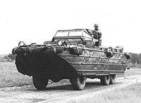 Un DUKW (ou DUCK), au cours de la seconde guerre mondiale