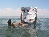 La salinit� de la mer Morte permet � une personne de flotter tout en �tant assise