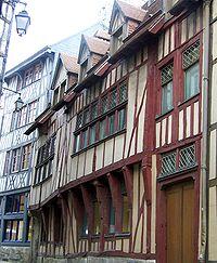 Encorbellements primitifs à Rouen, rue du Petit Mouton (XIVe siècle)