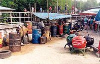 Les huiles-moteur, très polluantes sont jetées, recyclées ou incinérées, souvent dans de mauvaises conditions (Centre de tri, Thaïlande)