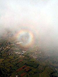 Arc-en-ciel circulaire vu d'un avion.