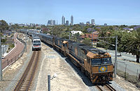 Indian Pacific train traversant la banlieue de  Perth, 2005.