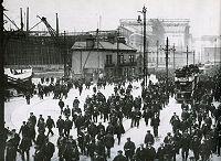 Les employés des chantiers navals Harland and Wolff avec au fond le Titanic et son échafaudage (le plus grand jamais construit à son époque).