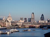Panorama urbain de Londres vu depuis South Bank sur la Tamise.