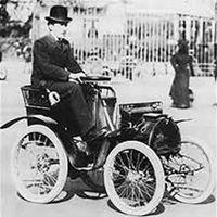 Louis Renault et sa première voiturette en 1903
