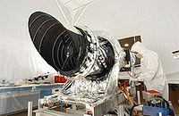 La cam�ra HiRISE est pr�par�e avant d'�tre rattach�e � la sonde
