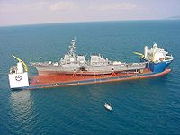 Le Blue Marlin portant l'USS Cole