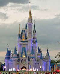 Chateau de Cendrillon, au centre de Magic Kingdom, point de repère du parc Walt Disney World.