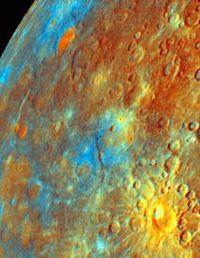 Mercure en fausses couleurs. Les couleurs mettent en évidence des régions de composition différente, notamment les plaines lisses issues de coulées de lave (en bas à gauche, en orange).