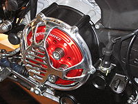 Un embrayage multidisque à sec sur une moto sportive. On voit nettement les ressorts.