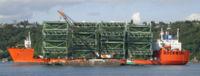 Le Swan transportant des sections de pont.