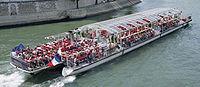 Bateau-omnibus sur la Seine à Paris