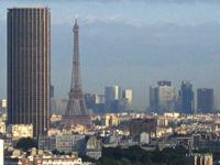 L'axe créé par la tour Montparnasse et la tour Eiffel débouche sur le quartier de la Défense, tout comme l'axe historique.