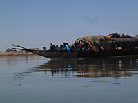 Pinasse collective sur le fleuve Niger près de Mopti, au Mali.